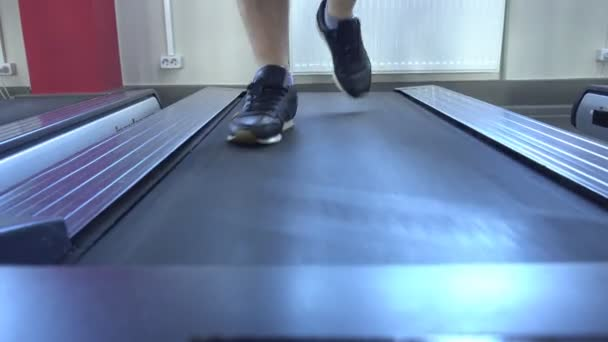 Mens Beine laufen auf dem Laufband im Fitnessstudio, verlieren Gewicht, Cardio, Nahaufnahme, person