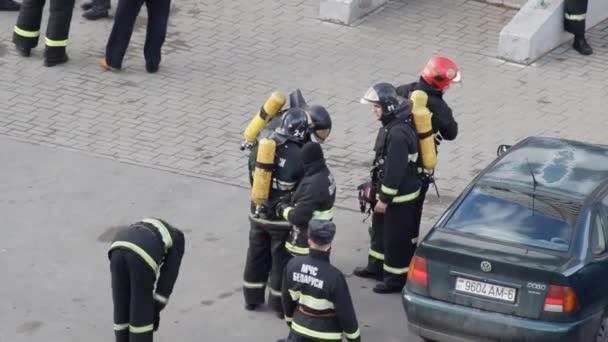 Hasiči na zařízení a uniformy a připravit se na školení a předávání standardů, oddělení, Bobruisk, Bělorusko 27.02.19