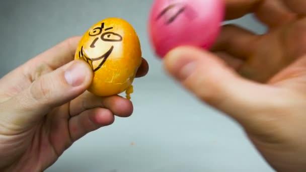 Hagyományos húsvéti játék tojás dömping vagy jarping verseny Feldíszitett tojással keresztény fesztivál Pascha vagy feltámadás vasárnap, tojás verte egymást