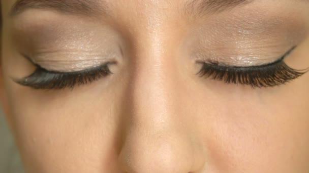 Closeup girlss tvář se zavřenýma očima a dlouhou umělé řasy. Krásný ženský model s nádherný make-up