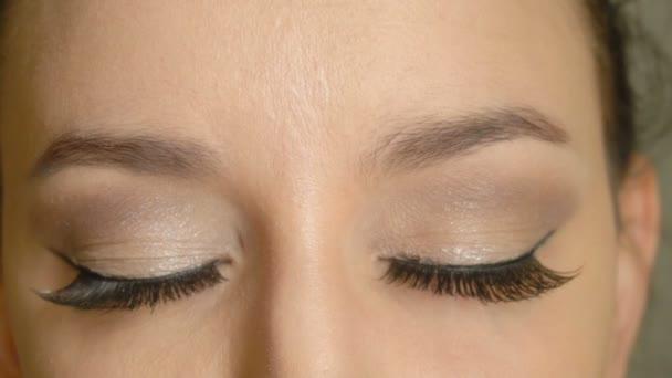 Zavřené oči a dlouhé umělé řasy na ženské tváře. Detailní model krásná dívka s elegantní make-up