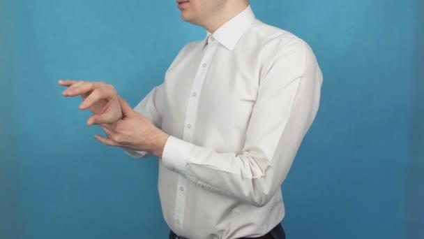 Bolest zápěstí při bolesti v revmatoidní artritidu nebo osteoarthritis. Dna. Poškození paže v důsledku dlouhodobé práce v počítači. Jeho ruka se dotýká správce Office v bílé košili
