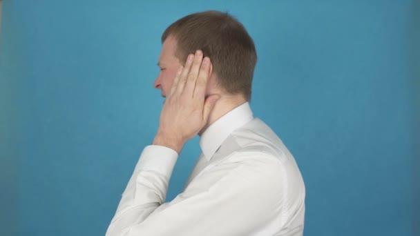 Bolest v uchu od otitis externa. Varu nebo furstrýček vnějšího zvukovodu. Zranění. Člověk s zánětem auriky nebo syndromem Ramsey Hunt. Poškození a perforace náušbubnu