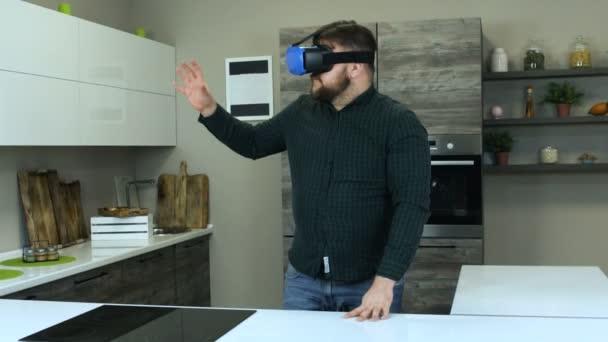 Hráč, který se v kuchyni připravuje, vaří ve virtuální realitě náhlavní soupravou. Na displeji se zobrazí hlava a pomůže člověku vařit. Mužská hráč hraje s náhlavní soupravou, jako by vaří.