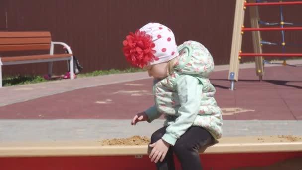 Malá krásná Kavkazská dívka, 3 roky, hraje v karanténě s hračkami a písečky, hřiště
