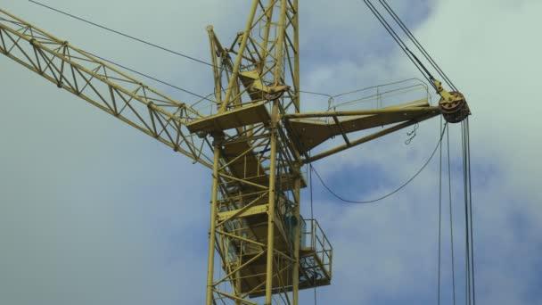Turmdrehkran während des Baus von Plattenbauten. Ansicht von unten. Immobilienmarkt. Mehrgeschossiges Haus.