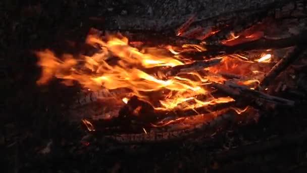 Égő tűz közelről