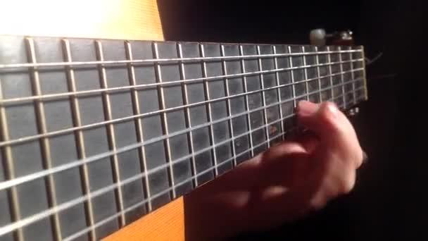 Muž si hraje kód hudební stupnice