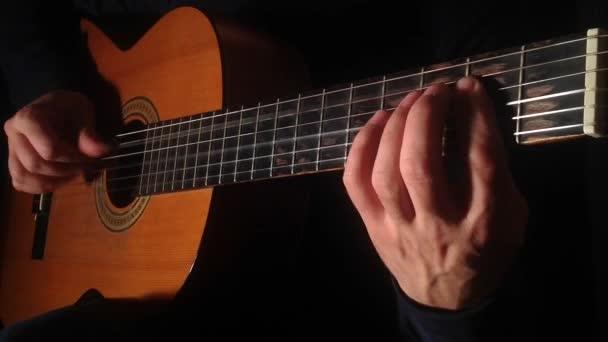 Fingerstyle detail hraje, melodické rhythm