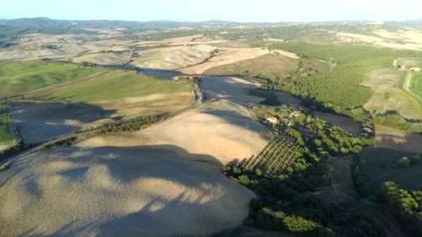 Naturlandschaft aus der Luft schöne Hügel Wälder Felder und Weinberge der Toskana