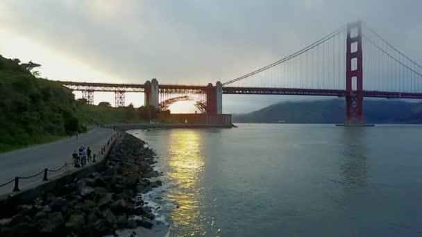 Anténa z lidí prohlížení a zároveň dělat činnosti v oblasti Golden Gate Bridge