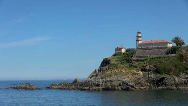 Široký: Osamělý maják ve Španělsku Cudillero poblíž Deep Blue Sea