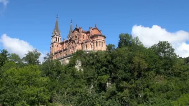 Široký: Podmanivá úžasný pohled Covadonga katedrála z dálky s přírodou jako pozadí