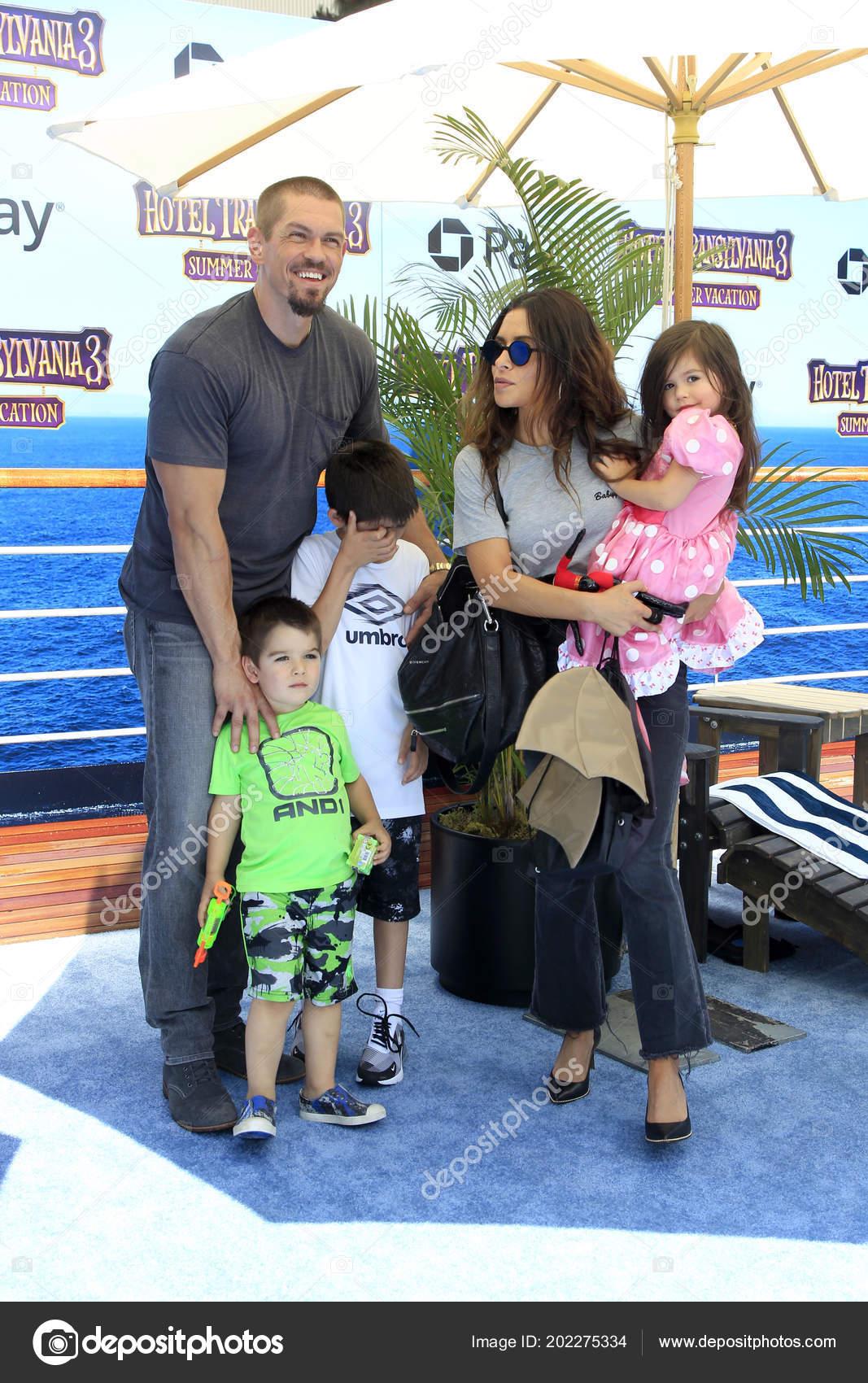 Los Angeles Jun Sarah Shahi Steve Howey Kinder Auf Der ...
