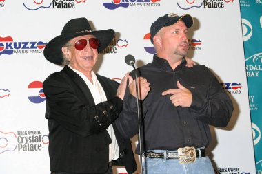 LAS VEGAS - MAY 17:  Buck Owens, Garth Brooks at the Buck Owens Announces Legends in Bronze Unveiling at 2005 ACM Awards at Mandalay Bay on May 17, 2005 in Las Vegas, NV
