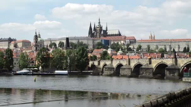 Praha, Česká republika - 22. května 2015: turisté přes Karlův most, slavné atrakcí v České republice
