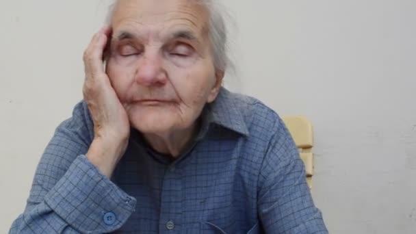 einsame Seniorin denkt an die Vergangenheit