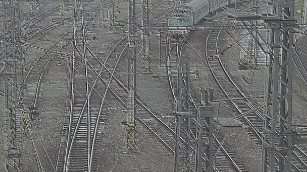 Osobní vlak přijíždí na nádraží