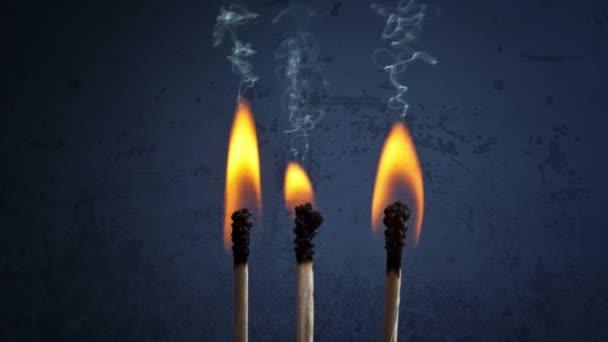 Cinemagraph - zápalek s plameny a kouř na pozadí temné grunge.