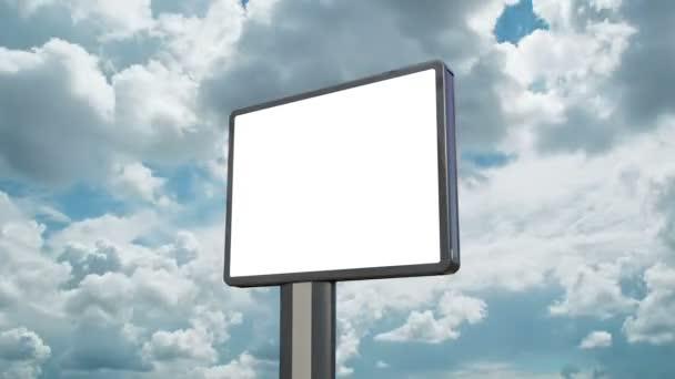 tabellone per le affissioni in bianco con nuvole in movimento