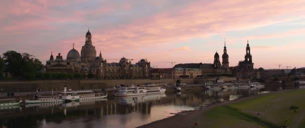 Beleuchtete Skyline von Dresden im Abendlicht mit der Frauenkirche, Hofkirche und Ausflugsboote, Sachsen, Juli 2017