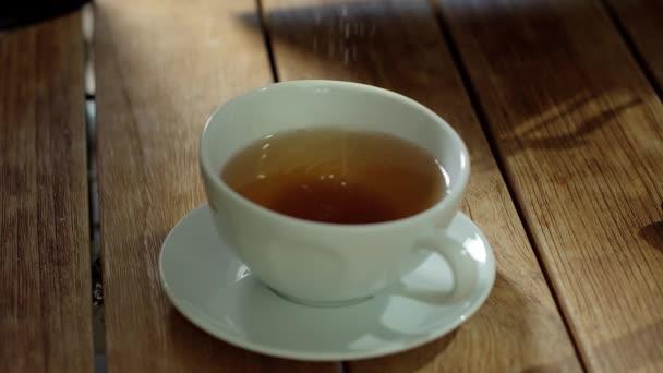 Cukr Droping v na čaj, pomalý pohyb