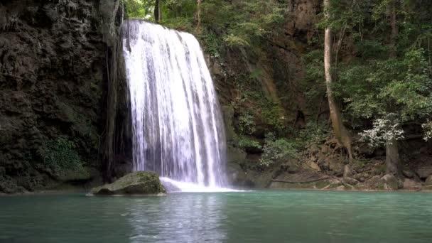 Erawan Wasserfall (3. Etage), tropischer Regenwald auf Srinakarin Dam, Kanchanaburi, Thailand.Erawan Wasser fallen ist schöner Wasserfall in Thailand. Unsichtbare Thailand