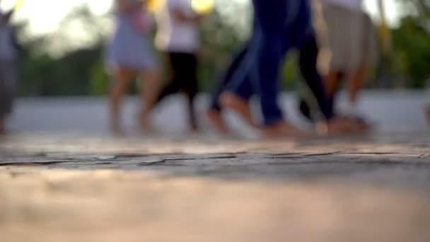 Rozmazaná animace, chůze davů, dav nohou