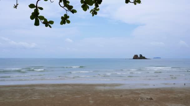 Moře a pláž s modrou oblohou v letní prázdninové atmosféře. Poloha pláže Mae Ramphueng, Rayong, Thajsko