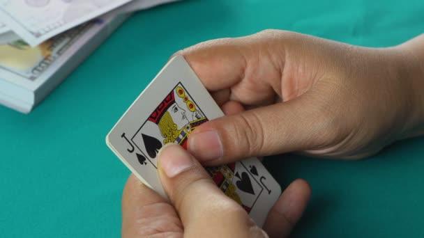 Hráč ukazuje dobrou kombinaci karet, jeden pár es