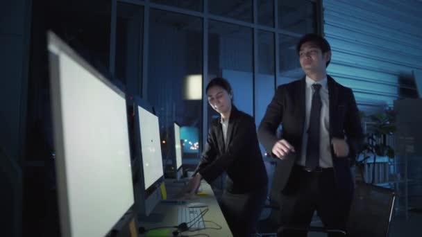 Pracovníci kanceláře, kteří mají na starosti call centrum, tančí, aby snížili stres z noční práce.