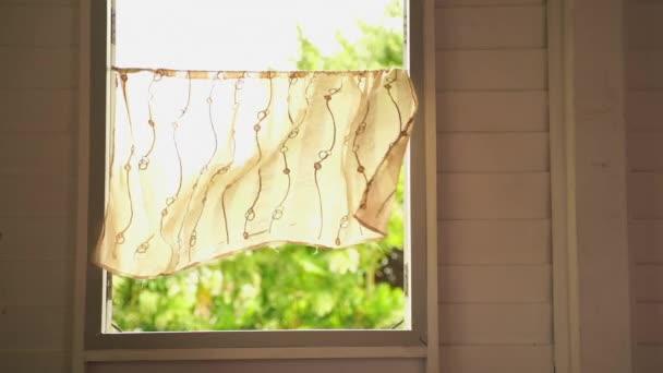 zpomalený film, Vintage okna s větrnými závěsy, pohled venkovského okna v bývalém tropickém podnebí.