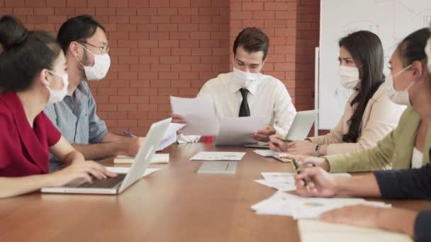 V koronavirové (COVID-19) situaci na firemní schůzi, všichni zaměstnanci jsou povinni nosit masky, aby se zabránilo virové infekci.