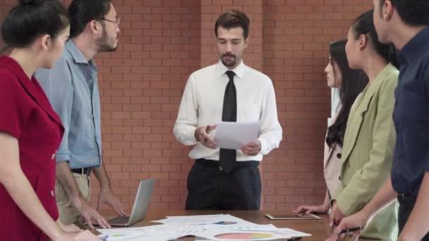 Az üzleti csapat ötletbörzét tart, hogy megtervezzék és elérjék a céljaikat..