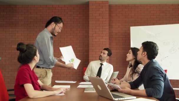Podnikatel prezentovat plány na setkáních obchodního týmu, brainstorming k dosažení cílů.
