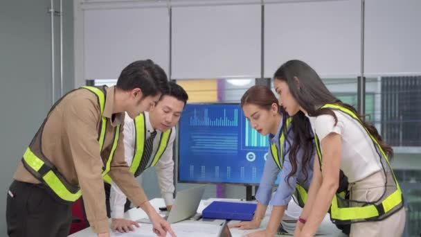 naklonit video záběr, Inženýrský tým je brainstorming, které pomohou naplánovat úspěšný stroj budovy.