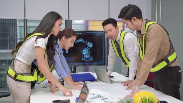Inženýrský tým pracuje na tom, aby pomohl naplánovat úspěšnou výstavbu strojů..