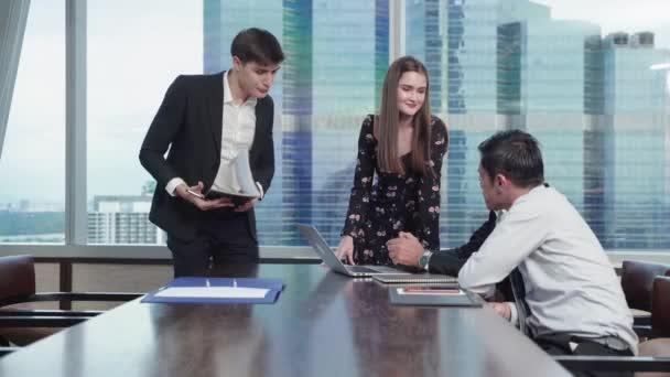 Obchodní tým pořádá brainstorming setkání s cílem naplánovat a dosáhnout svých cílů.
