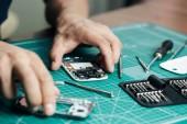 Služby na opravu elektroniky. Technik demontáž smartphone pro kontrolu