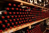 Vinný sklep s lahví vína na policích