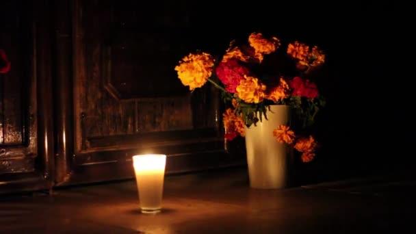 Opfergabe vor einer Kirche am Tag der Toten