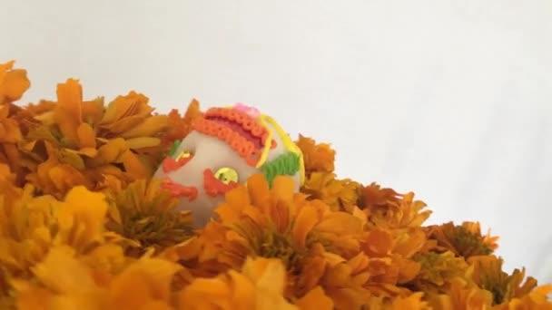 Authentische Sugar Skull über Cempasuchitl Blumen in den Tag der Toten, Mexiko