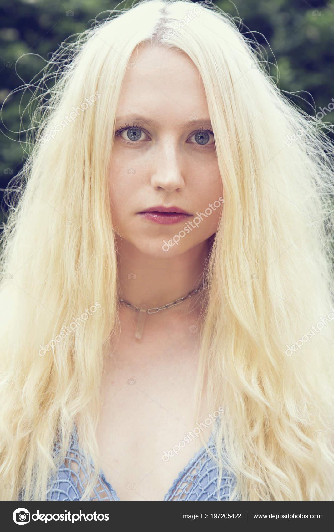 Portrat Der Schonen Jungen Frau Mit Blonden Haaren Und Blauen
