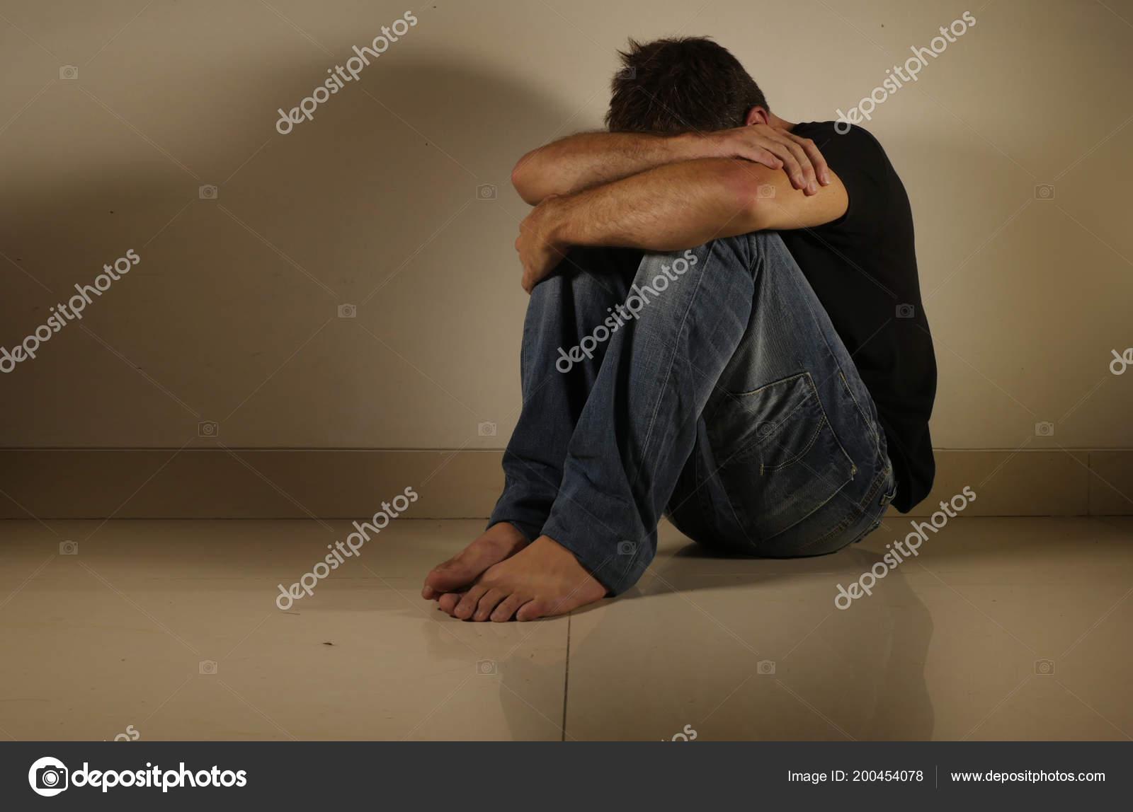9a572aabaa Νεαρός Απελπισμένος Και Κατάθλιψη Κλαίει Μόνο Συνεδρίαση Στο Σπίτι Όροφο —  Φωτογραφία Αρχείου
