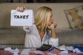 strach a zdůraznil kavkazské 40s žena držící Poznámkový blok výpočtu nákladů a daní tuzemský problém rozpočtu a účetnictví finanční stres s kalkulačkou