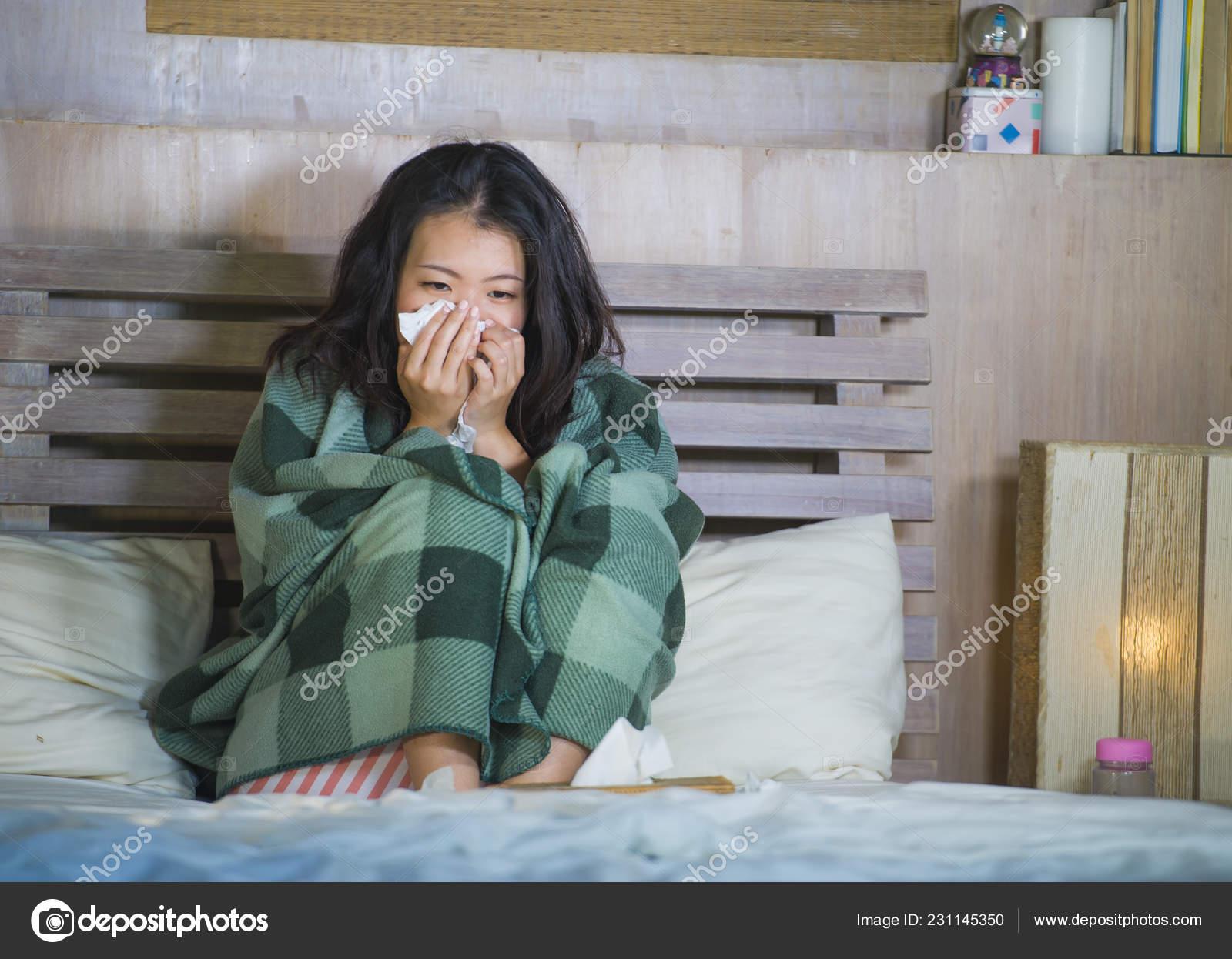 9affb42f35 Joven Coreano Asiática Hermosa Dulce Mujer Pijamas Cubierta Con Manta —  Foto de Stock
