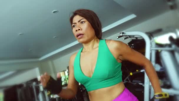 Junge Fit und athletisch asiatischen Thai Frau mit Körper auf Fitness Laufband Schwitzen Ausbildung schwer jogging Training im Fitness und gesunden Lifestyle-Konzept passen