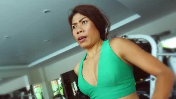 Mladí fit a sportovní Asijská Thajská žena s fit tělo běží na běžeckém pásu tělocvičně pocení školení tvrdé běžecká cvičení ve fitness a zdravého životního stylu koncepce