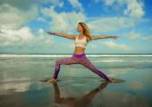 Mladá šťastná a atraktivní dívka dělá relaxaci a rovnováhu cvičení s mořským pozadím ve wellness harmonie zdravotní péče a fitness koncept