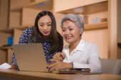természetes életmód portréja két üzleti partner, illetve a kollégák nők együttműködő és coworking boldog és vidám az irodai laptop számítógép asztal